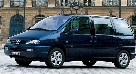 Минивэн Peugeot 806 имел двойников — та же машина, но с небольшими внешними отличиями, выпускалась под марками Citroen, Fiat, Lancia.